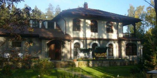 Сдается в длительную аренду 2-х этажный дом 280м2, в закрытом пос. Озерки, Выборгский р-н на участке30 сот, с вековыми соснами.